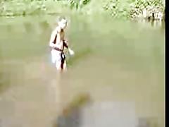 Un schizo pajiandose en un rio